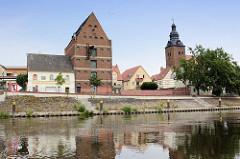 Blick über die Havel zum denkmalgeschützten Speicher am Havelvorland; re. die St. Laurentius Kirche.