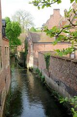 Lauf des Flusses Dijle durch den Großen Beginenhof  in Löwen / Leuven. Der Löwener Beginenhof ist ein typischer Stadtbeginenhof mit zahlreichen kleinen Straßen und Plätzen. Die meisten Häuser stammt aus dem 16. Jahrhundert.