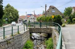 Wohnhäuser und  Straßen entlang vom Bach Kamionka in Pieszyce / Peterswaldau.