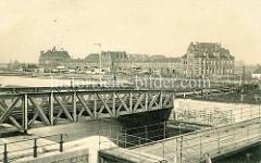 Historische Aufnahme vom Hafen in Zeebrugge - bewegliche Eisenbahnbrücke - im Hintergrund Gebäude mit Wäsche zum Trocknen auf der Leine.