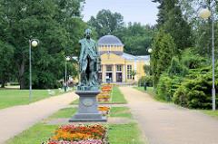 Bronzekopie des Kaiser Josef Denkmal / Josef II. Im Kurpark von Franzensbad / Františkovy Lázně; das Standbild wurde 1887 vom Egerer Bildhauer Karl Wilfert entworfen und stand auf dem Marktplatz in der Stadt Eger. Die Kaiserstatue wurde zum Anlass n