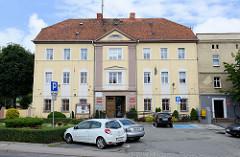 Rathaus, Verwaltungsgebäude der Bezirksverwaltung in der Hauptstraße Tadeusza Kościuszki von   Pieszyce / Peterswaldau.
