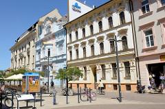 Geschäftsstraße /Fußgängerzone Lannova tr.   in   Budweis / České Budějovice; renovierte Wohn- und Geschäftshäuser mit teilweise bunter Fassade.
