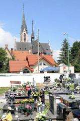Friedhof in  Peterswaldau / Pieszyce, im Hintergrund die Türme der St.-Antonius-Kirche.