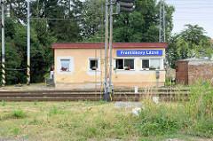 Bahnwärterhäuschen an der Bahnstation Franzensbad / Františkovy Lázně; rechteckiger Flachbau mit Blumenkästen vor den Fenstern.