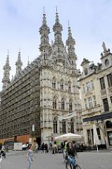 Historische Innenstadt am Großen Markt von Löwen / Leuven; Blick auf das Löwener gotische Rathaus, erbaut 1439 bis 1468 von Sulpitius van Vorst und Matheus de Layens. Es gilt als eines der schönsten Bauwerke der Spätgotik in Europa und ist eines der