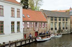 Anlegestelle, Steg für Boote der Touristrundfahrt durch die Grachten im belgischen Brügge.