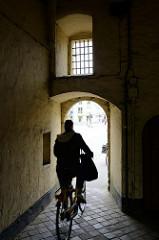 Schmaler Durchgang, Durchfahrtsmöglichkeiten für Fahrräder  Smedenpoort / Schmiedtor in der Stadt Brügge. Das Tor war Teil der Befestigungsanlage, die 1368 wieder angelegt wurde.