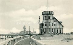 Alte Ansicht von historischen Gebäuden im Hafen von Seebrügge, im Vordergrund die Station der Hafenlotsen- im Hintergrund ist der Wasserturm der Stadt zu erkennen.