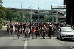 Fahrradsternfahrt in der Hansestadt Hamburg - Fahrradkonvoi im Gebiet des Hamburger Hafens.