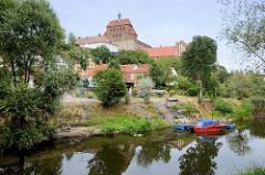 Blick über den Stadtgraben zum  zum Domberg mit dem romanischen Havelberger Dom.