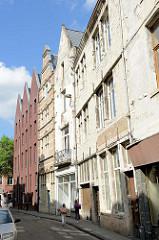 Historische und moderne Architektur in der Mechelsestraat von Leuven / Löwen; Wohnhäuser / Stadtwohnungen.