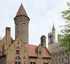 Historische Architektur - Backsteintürme in der Altstadt von Brügge - Guido Gezellenplein.