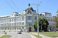 Historisch Verwaltungsarchitektur  in Budweis  / České Budějovice - Gerichtsgebäude mit der Figur Justitia unter der Kupferkuppel.