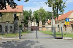 Abgesperrtes Gelände vom Schloss Peterswaldau / Pieszyce. Das Gebäude wurde ursprünglich um 1617 errichtet und 1710 zu einer Barockschloss umgebaut - Umsetzung wahrscheinlich Baumeister Martin Frantz. Nach 1945 Leerstand und Verfall - ab 1989 im Priv