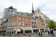 Geschäfte / Restaurants am Großen Markt in der Innenstadt von Löwen / Leuven. Dahinter die Sint Pieterskerk / St. Peter - Baustil Brabanter Gotik, Baubeginn um 1400.