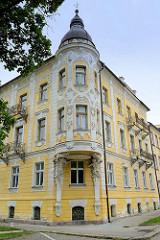 Historische Architektur im Kurort  Franzensbad / Františkovy Lázně; Hausfassade mit aufwändigem Fassadenschmuck - Reliefstuck - runder Eckerker, gestützt durch Fabelwesen.