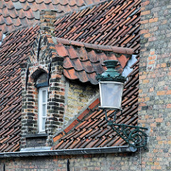 Alte eiserne Laterne - Dachfenster mit Dachziegeln eingedeckt - Wohnhaus in Brügge.