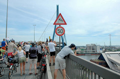 Fahrradsternfahrt über die Köhlbrandbrücke in Hamburg - die FahrradfahrerInnen geniessen den Ausblick von der Autobrücke auf die Süderelbe.