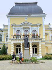 Bronzeskulptur von dem österreichischen Kaiser Franz Josef I vor dem Kaiserbad in   Franzensbad - Františkovy Lázně. Das Gebäude wurde 1880 errichtet -Baustil der Wiener Neorenaissance.