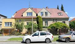 Doppelhaus in der tschechischen Stadt   Budweis /  České Budějovice; der rechte Teil des Gebäudes wurde erweitert, das Dach ist mit Schindeln eingedeckt, während der linke Teil einer Art kubischen Erker aufweist und das Dach mit Schindeln gedeckt