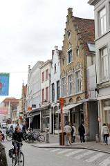 Geschäftsstraße mit vielen Läden in historischen Gebäuden - Innenstadt von Brügge / Zuidzandstraat.