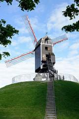 Alte Windmühle auf den ehemaligen Befestigungsanlagen von Brügge; die Sint Janshuismolen wurde 1770 errichtet und ist Teil des städtischen Kulturerbes der Stadt.
