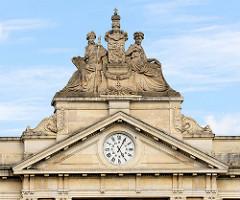 Giebel mit Figurenschmuck / Uhr am Bahnhofsgebäude / Empfangsgebäude vom Hauptbahnhof Löwen / Leuven; errichtet 1875 - Architekt H. Fouquet.