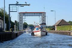 Sportboote fahren in die Schleusenkammer der Lehnitzschleuse bei Oranienburg ein. An der Lehnitzschleuse beginnt die Havel-Oder-Wasserstraße. Die Schleusenkammer hat eine Länge von 134 m + eine Breite von knappe 12 m, der Hub beträgt ca. 6 m.