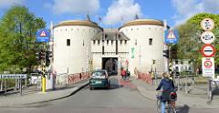 Blick auf das historische Kruispoort / Kreuztor in Brügge, Teil der ehem. Verteidigungsanlage, errichtet 1304.
