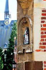 Nische mit Heiligenfigur in einem Eckhaus in der Bovenstraat beim Großen Beginenhof; im Hintergrund  die Sint Jan de Doper /  St. Johannes der Täufer Basilika  in Löwen / Leuven.