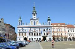 Blick über den Marktplatz zum historischen Rathaus von Budweis /  České Budějovice. Das Bauwerk im Stil des Barock wurde 1730 nach den Plänen des Architekten Anton Erhard Martinelli errichtet.