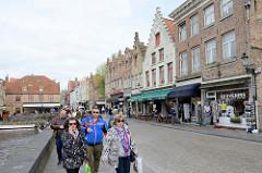 Historische Wohnhäuser mit Geschäften und Restaurants am Rozenhoedkaai in Brügge.