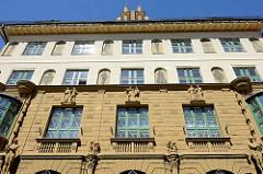 Fassade des 1913 im aufwändigem Jugendstil errichteten Gebäudes der ehem. Städtischen Sparkasse von  Budweis /  České Budějovice - jetzt Nutzung durch eine Bank.