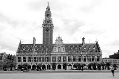 Schwarz-weiß Aufnahme vom Gebäude der Universitätsbibliothek in der belgischen Stadt Löwen/Leuven. Das historische Gebäude stammt  ursprünglich aus dem Anfang des 14. Jahrhunderts, wurde 1915 zerstört und wieder aufgebaut.