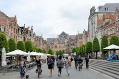 FußgängerInnen-Zone in der Innenstadt von Löwen / Leuven; Häuser der flämischen Baukunst am Alten Markt - Strassencafés und Restaurants.