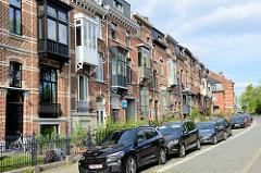 Wohnhäuser mit französischen Balkons und untschiedlich gestaltenen Holzerkern in der Naamsevest von Leuven / Löwen.