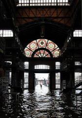 Hochwasser in der Hansestadt Hamburg - wie üblich steht der Fischmarkt und die Fischauktionshalle unter Wasser; die Anlieger sind darauf eingestellt - die Türen der Auktionshalle werden geöffnet, damit das Wasser ungehindert durchfliessen kann.