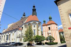 Kirchen in der Stadt Budweis / České Budějovice; rechts die Kapelle der tödlichen Angst des Herrn, errichtet 1731. Links das Kirchenschiff der Kathedrale St. Nikolaus – Katedrála svatého Mikuláše. Das barocke Kirchengebäude wurde 1640 beendet, die B