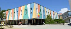 Flachbau eines Einkaufszentrums und Fitnessclubs   mit schmalen Fenstern und farbig dekorierter Fassade in  Budweis /  České Budějovice, Pražská tř.