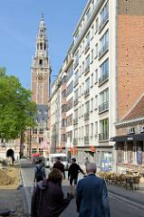 Moderne Wohnhäuser / Wohnblocks in der Innenstadt von Leuven / Löwen; dahinter der Turm der Universitätsbibliothek.