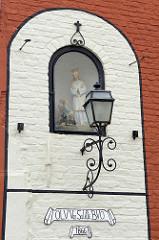 Madonnenfigur in einer Wandnische - Bilder aus Brügge.