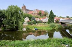 Blick über den Stadtgraben zum  Domberg mit dem romanischen Havelberger Dom.