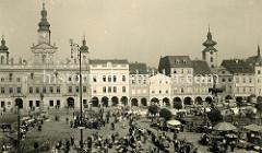 Alte Fotografie vom  Marktplatz in Budweis / České Budějovice -  rechts der Weisse Turm des Dominikanerklosters in Budweis. Der weiße Turm war Teil der Stadtbefestigung und wurde Mitte des 15.Jahrhunderts erbaut - 1772 wurde die Kupferkuppel i
