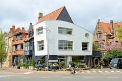Moderne und historische Architektur in der Scheepsdalelaan. Neubau eines Eckgebäudes mit abgerundetem Dach.