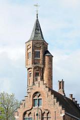 Backsteingebäude mit Treppengiebel und Turm an der Straße Carmersstraat / Kruisvest in der Stadt Brügge.