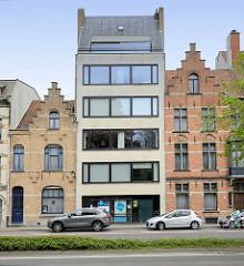Alt + Neu, modernes Wohnhaus zwischen zwei alten Ziegelgebäuden mit Treppengiebeln, Architekturbilder aus Brügge.