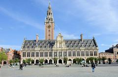 Blick über den Monseugneur Ladeuzeplein zum   Gebäude der Universitätsbibliothek in der belgischen Stadt Löwen/Leuven. Das historische Gebäude stammt  ursprünglich aus dem Anfang des 14. Jahrhunderts, wurde 1915 zerstört und wieder aufgebaut.