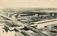 Historische Luftansicht vom Hafen und dem Kanal in Seebrügge.