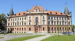 Historisch Verwaltungsarchitektur  in Budweis  / České Budějovice -  Portal, Eingang zum Gefängnis, zwei der vier Ecktürme mit Kegeldach.